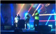 Black Eyed Peas-ის წევრებს სცენის წინ პატარა ბიჭის ცეკვა მოეწონათ და სცენაზე აიყვანეს. ვიდეო