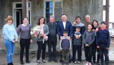 ვახტანგ გომელაურმა 9-შვილიან თანამშრომელს დედის დღე მიულოცა
