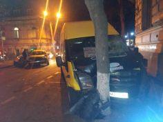 ავარია თბილისში - სამარშუტო ტაქსი მსუბუქ ავტომობილს დაეჯახა