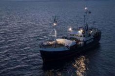 ზღვაში გადარჩენილი მიგრანტები იტალიაში კარანტინს გემზე გაივლიან