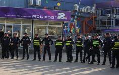 """არასამთავრობოები და სასულიერო პირები """"რუსთავი 2""""-ის შენობასთან აქციას მართავენ"""