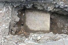 მთაწმინდის პანთეონში მიწისქვეშ ძველი საფლავის ქვა აღმოაჩინეს